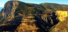 Serra da Leba, 7 Maravilhas Naturais de Angola. Localizada na cidade do Namibe próximo a cidade da Huila, a Serra da Leba é famosa pela altitude, pela sua beleza e também pela estrada que a serpenteia