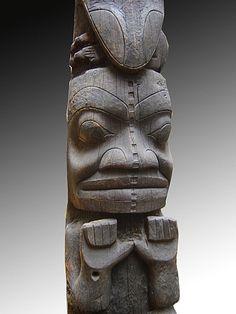 Les grands totems que l'on découvre dans les musées canadiens, notamment le musée des civilisations à Ottawa, proviennent de la côte pacifique du Canada. Le long de cette côte, les Kwakwaka'wakws, les Haïdas, les Tsimshians, les Nuxalts, les Salishs et les Tlingits élevaient ces totems devant leur maison et parfois en bordure des plages.