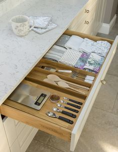 The key to keeping a kitchen clutter-free is the clever use of storage. Here's our list of smart ideas that can be incorporated into your next kitchen. Home Organisation, Kitchen Organization, Joy Kitchen, Kitchen Ideas, Copper Kitchen, Kitchen Inspiration, Kitchen Tips, Laura Ashley Kitchen, Clever Kitchen Storage
