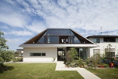 House with a Large Hipped Roof is a spacious one story family house envisioned by Naoi Architecture & Design Office, situated in Ibaraki Prefecture, Japan. Home Roof Design, Modern Roof Design, Design Exterior, House Design, Roof Styles, House Styles, Exterior Tradicional, Style At Home, Architecture Design