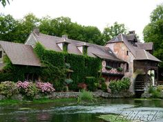 Moulin de Fourges.Il serait l'oeuvre des bâtisseurs du Hameau de la Reine, ce village construit de toute pièce pour Marie-Antoinette à Versailles.