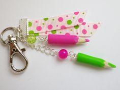 bijou de sac maitresse crayons rose et vert fimo cadeau atsem : Autres bijoux par fimo-relie