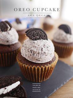 전세계인의 사랑을 받고있는 오레오쿠키를 이용한 컵케이크입니다 :) 컵케이크 반죽부터 버터크림에도 쿠키...