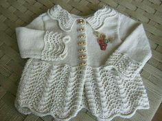 This Pin was discovered by Nur Spool Knitting, Knitting For Kids, Baby Knitting Patterns, Crochet For Kids, Knit Crochet, Cardigan Bebe, Baby Cardigan, Kids Dress Clothes, Knit Baby Sweaters