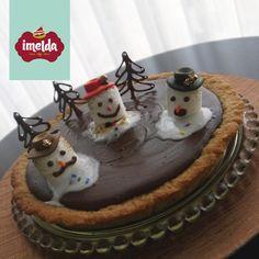 """Pie con base de galleta de avena """"chewy"""", relleno de crema de chocolate y decorado con marshmallows bronceados en forma de muñecos de nieve derretidos.  #frostybronceado #imelda #creaalgounico    www.imelda.pe"""