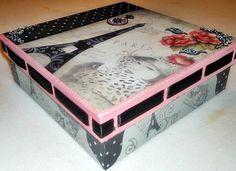 Caixa passa-fita em MDF pintada, decorada com decoupage, carimbos, stencil e apliques. Flocada internamente. R$ 70,00