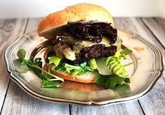 Venison Burger with cheese and onion marmelade. Best served with a glass of South African Pinotage! Venison Burgers, South African Wine, Wine Pairings, Wine Recipes, Wines, Hamburger, Onion, Yummy Food, Cheese