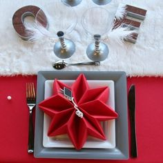 Napkins fold Christmas - 5 simple instructions and a lot of inspi . Napkins fold Christmas – 5 simple instructions and a lot of inspiration Christmas Napkin Folding, Christmas Napkins, Christmas Crafts, Cloth Napkin Folding, Cloth Napkins, Origami Techniques, Simple Rose, Rose Decor, Christmas Decorations