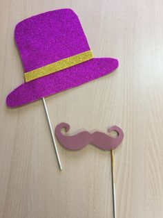 Sombreo y bigote de foam para photocall