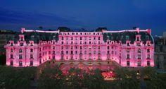 Le Peninsula Paris soutient la lutte contre le cancer du sein pendant tout le mois d'octobre et lance à cette occasion, un programme en faveur des Centres de Beauté CEW, qui donnent des soins esthétiques gratuits aux femmes malades dans les hôpitaux. via www.rosecommefemme.com