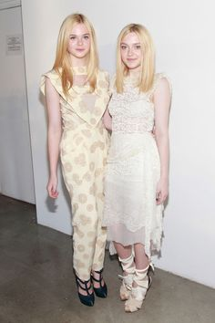 Actresses Elle Fanning and Dakota Fanning attend the Rodarte Spring 2012 fashion show at Pace Gallery during Mercedes-Benz Fashion Week on September 2011 in New York City. Millie Bobby Brown, Dakota Fanning Y Elle, Elle Moda, Blue And White Outfits, Trendy Fashion, Fashion Show, Beauté Blonde, Fanning Sisters, Celebrity Siblings