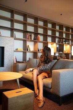 Этот отель воплотил в себе глубокое уважение к миру природы и ее сохранению. Новый, построенный по современным технологиям из местных экологических материалов и вдохновленный традиционной архитектурой. Bookcase, Shelves, Couch, Furniture, Home Decor, Italia, Shelving, Settee, Decoration Home