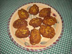 Cuban Traumas: Frituras de Maíz / 2 libras de granos de granos de maíz congelado ó tierno.  1 taza de harina de maíz (corn meal). 1 cebolla grande. 3 dientes de ajo. 2 huevos. 1 trozo de ají morón (pimiento) verde. 1 trozo de ají morón (pimiento) rojo. ¼ taza de cebollino (cebolleta) picado bien chiquito - Yo uso hojas de cilantro Sal.