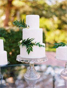 White cake with fern embellishments. Cake Design: Layered Bake Shop #weddingchicks http://www.weddingchicks.com/2014/06/26/black-and-white-wedding-ideas/