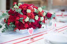 Dekoracja sali weselnej Jarzębina w Wilczycach. Czerwone róże, piękna ścianka LED za Parą Młodą, świece i dodatki - wspaniała dekoracja weselna!