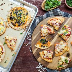 Pita Pizza - 4 Ways Pizza Recipes, Meat Recipes, Healthy Dinner Recipes, Snack Recipes, White Pizza Sauce, Pita Pizzas, Recipe For 4, Yummy Appetizers, Main Dishes