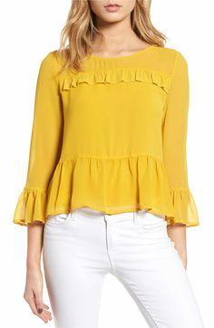 Mujer con vestido amarillo que parece oruga