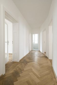 WUDA* WURFBAUM DANTAS ARCHITECTS, Refurb, existing building, preservation, integration, renovation, new elements, old elements, adapt, contemporary, parquet, wooden floor, white, hallway