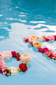 Make This: Geometric Floating Flower Wreath - pool decor Floating Pool Decorations, Backyard Wedding Decorations, Floating Flowers, Floating Candles, Floating Lights In Pool, Pool Candles, Diy Flowers, Wedding Flowers, Flower Wreaths