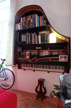 Not many of us are lucky enough to have an old piano lying around, but if you do -- here's a unique idea for beautiful wall storage! | listotic.com