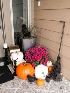 Cute take on a Halloween Porch with black and white decor and lots of pumpkins. Plus grab this free halloween door sign! Halloween Photo Props, Chic Halloween, Halloween Prints, Halloween Table, Halloween Door, Halloween Signs, Outdoor Halloween, Holidays Halloween, Vintage Halloween