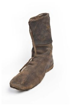 Boot (image 2) | early to mid 14th century | leather | Museum of London | ID #: BC72[250]<3698>