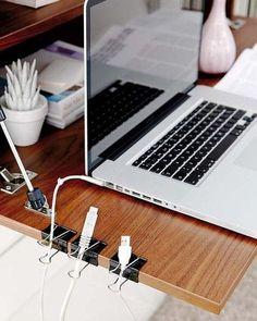 Con clips para carpeta, separa tus cables para que no se enreden.