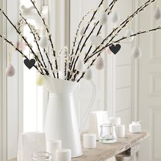 Easter is a colorful spring celebration but what if you like calmer colors and no excessive décor? Decorate your home in minimalist style for Easter! Easter Games, Candles Online, Deco Originale, Easter Tree, The White Company, 12 Days Of Christmas, Votive Candles, White Candles, Minimalist Decor