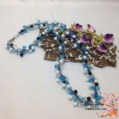 WunderschöneGlasperlenkette. Einfach ein Traum!!  Hier wurden drei Stränge mit Miracle Beads gehäkelt und danach miteinander verflochten.  Die Glasperlen haben die Farben Weiss, Hellblau, Schwarz und Transparent.  Zum leichteren Anlegen habe ich mich für einen silberfarbenen Karabiner entschieden.