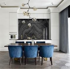 Vintage looking dining table with velvet blue chairs Dining Room Inspiration, Interior Inspiration, Kitchen Interior, Kitchen Decor, Interior Decorating, Interior Design, Design Art, Commercial Interiors, Furniture Design