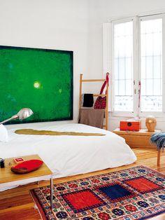 Dormitorio con cuadro verde