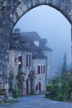 Um nevoento amanhecer em Saint Cirq Lapopie, na região dos Médios-Pirineus, França.  Fotografia: tumblr ᘡղbᘠ