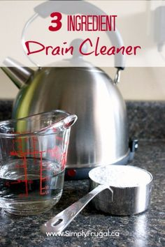 Naturally freshen and unclog your drains with this DIY natural drain cleaner! It uses only three ingredients! Baking Soda c. White Vinegar Kettle of boiling water Pour baking soda into drain. Cover with Vinegar. Rinse with boiling water Diy Home Cleaning, Homemade Cleaning Products, Cleaning Recipes, Natural Cleaning Products, Cleaning Hacks, Cleaning Supplies, Cleaning Solutions, Deep Cleaning, Homemade Glass Cleaner