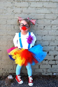 When our sweet girl asked to be a clown for halloween, I was NOT overly excited! A clown, are you sure? What about something pretty & gir. Costume Halloween, Cute Clown Costume, Costume Carnaval, Circus Costume, Last Minute Halloween Costumes, Diy Costumes, Halloween Kids, Costume Ideas, Clown Costumes Kids