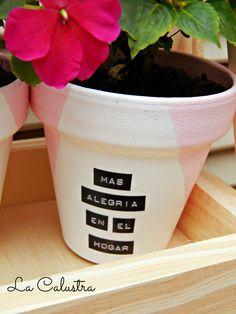 """Macetas de terracota nº 10 con alegrías del hogar;   pintadas en blanco y rosa con frases escritas   con la antigua """"sylvaletra"""" (con l..."""