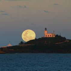 La Luna brilla sobre Arecibo