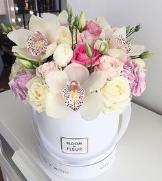 A stunning and rather unusual hat box arrangement from Bloom de Fleur, what a unique design! Flower Arrangement Designs, Beautiful Flower Arrangements, Flower Designs, Flower Box Gift, Flower Boxes, Arrangements Ikebana, Floral Arrangements, Deco Floral, Arte Floral