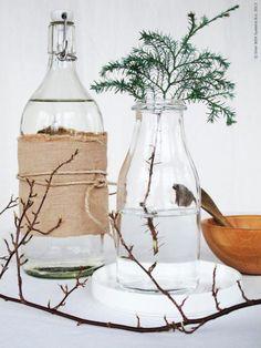 Fina flaskor på bordet, KORKEN flaska, ENSIDIG vas, STOCKHOLM tallrik, BLANDA MATT serveringsskål.