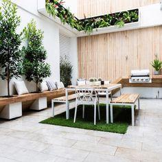 jardin en hauteur, banquette en bois et jardinières originales sur la terrasse
