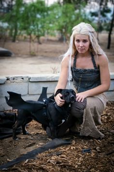 19 Best Dog and Owner Costumes That Will Help You Win Halloween Game of Thrones Hund Halloween-Kostüm Two Person Halloween Costumes, Cute Halloween Costumes, Halloween Kostüm, Couple Halloween, Halloween Cosplay, Dragon Halloween, Halloween Makeup, Halloween Customs, Halloween Fashion