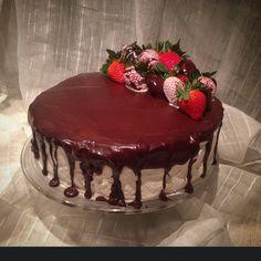 """#Devilsfoodcake (#konfektkake) bringebærmousse #bakemag #sukkerkyss #sotesaker  #chokoladeganache #choclate #sjokeladekake #konfektkake #love…"""