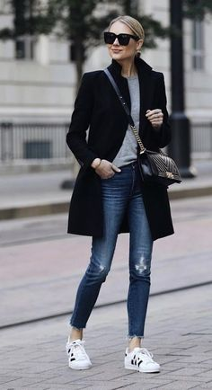 45 Informal Work Outfits With Sneakers - Herren- und Damenmode - Kleidung Look Fashion, Trendy Fashion, Winter Fashion, Trendy Style, Fashion Black, Casual Chic Fashion, Look Casual Chic, Casual Chic Outfits, Fashion Forms