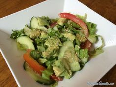 Aprende a preparar ensalada verde con aguacate con esta rica y fácil receta.  Las ensaladas son la mejor opción para cuidar la dieta, ya sea solas o acompañando una...