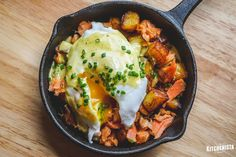 The Kitchenista Diaries: Smoked Salmon Hash with a Poached Egg and Chive Hollandaise Sauce Smoked Salmon Breakfast, Smoked Salmon Frittata, Whole 30 Breakfast, Breakfast Hash, Drink Recipe Book, Salmon Potato, Cubed Potatoes, Potato Hash, Hollandaise Sauce
