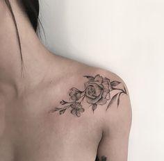 200 Fotos von Frauen, die sich nicht vergessen lassen – Fotos e Tatuagens Tattoos – Blumentattoos flower tattoos - flower tattoos designs Tattoos Schulter, Tattoo Schulter Frau, Bone Tattoos, Body Art Tattoos, Sleeve Tattoos, Collar Bone Tattoo Quotes, Tattoo Drawings, Trendy Tattoos, Unique Tattoos