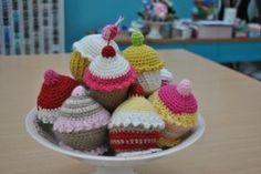 Amigurumi Cupcake - Patrón Gratis en Español aquí: http://manualidadesfacil.es/patrones-amigurumis-gratis-cupcake/ ༺✿ƬⱤღ  http://www.pinterest.com/teretegui/✿༻