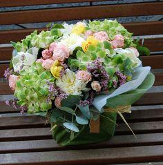 Centro de flores variadas #flores #moonflowerartefloral