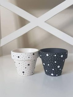 flower pots outdoor Bring some colours to your home and happiness to your flowers! A set of two hand-painted black/white polka plant pots makes a perfect home for your favourite pla Flower Pot Art, Flower Pot Design, Flower Pot Crafts, Clay Pot Crafts, Cactus Flower, Painted Plant Pots, Painted Flower Pots, Decorated Flower Pots, Plastic Flower Pots