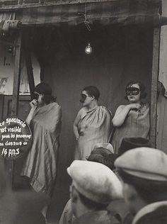 Ladies on the Bally stage in disguise Brassaï Street Fair Boulevard St Jacques Paris 1931 Old Paris, Vintage Paris, Vintage Black, Vintage Photographs, Vintage Photos, Gilles Caron, André Kertesz, Brassai, St Jacques