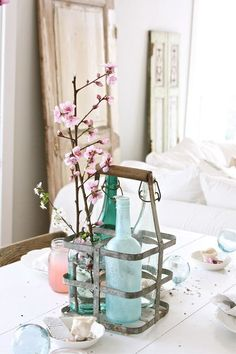 Vintage Decor Idea: Use milk bottle holders to corral vases for a centerpiece or tote bundles of flatware and napkins outdoors for an al fresco meal. Crate Decor, Crate Table, Crate Crafts, Diy Table, Milk Bottle Holder, Bottle Rack, Metal Milk Crates, Interiores Shabby Chic, Rama Seca